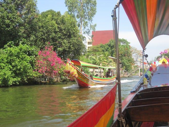 Longtailboten door de Klongs van Bangkok