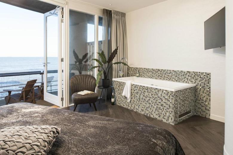 hotel aan zee met bad