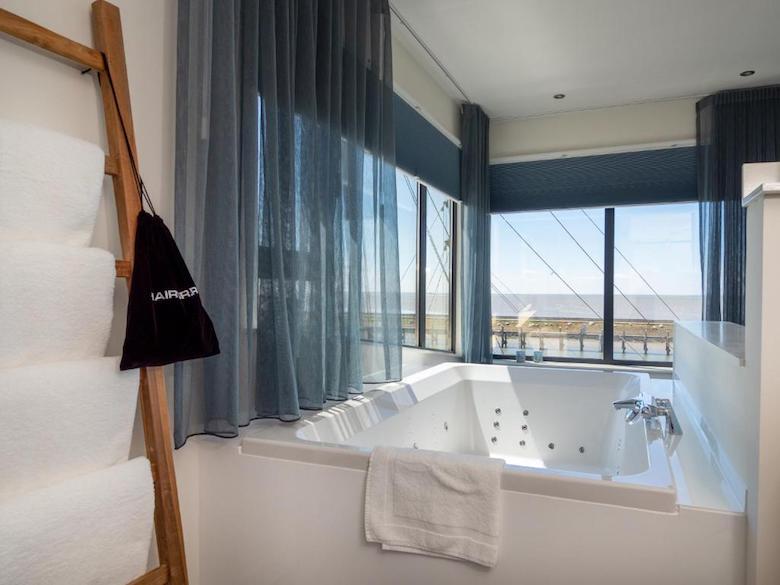 hotelkamer bubbelbad zeezicht